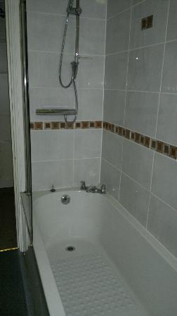 Cliff Lawn Hotel: Bathroom