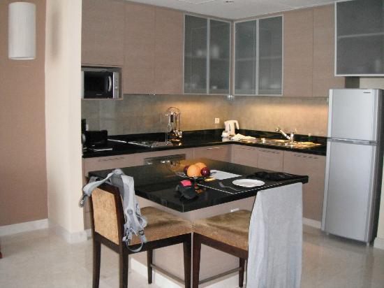 Oakwood Premier Cozmo Jakarta : Kitchen of the second apartment