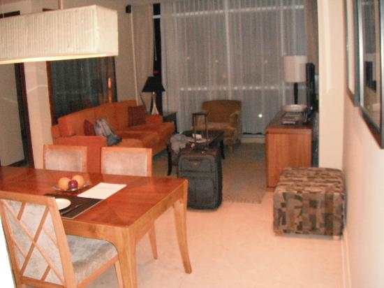 Oakwood Premier Cozmo Jakarta : Lounge area of the first apartment
