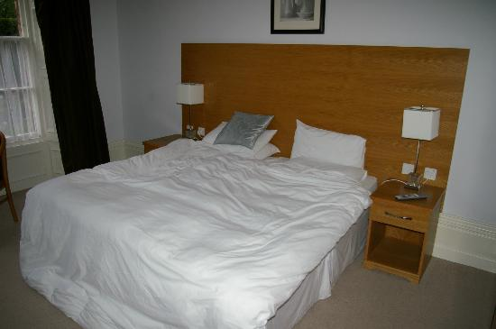 Cliff Lawn Hotel: Bed