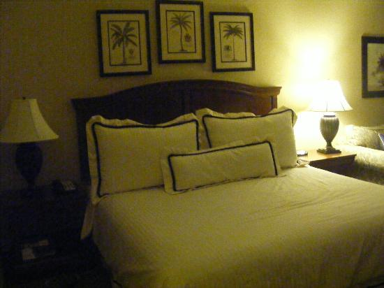 Inn at Pelican Bay: The huge King sized bed with its vast array of pillows to choose from.