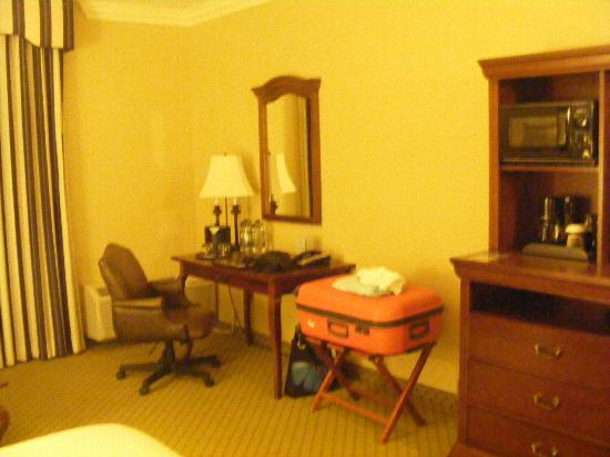 Inn at Pelican Bay: Desk in the room, ideal for your internet activities.