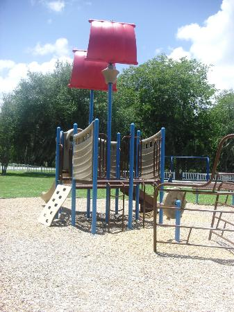 Bartow, Floride : smaller park ages 2-5 pirate ship themed. there is another one closer to the bathroom area.