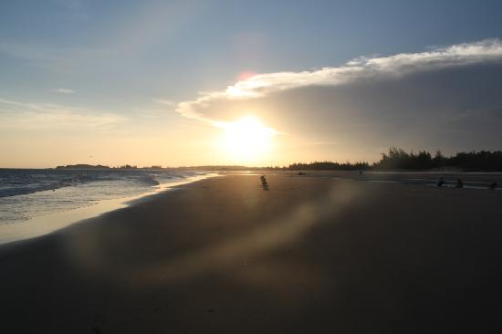 Princess D'An Nam Resort & Spa: a peaceful and relaxing walk on the beach in the evening