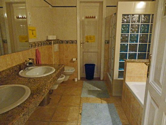 Maverick Hostel: This is the large bathroom.