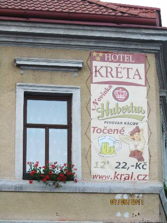 Hotel Kreta: The sign you see from the road is painted on the bldg.
