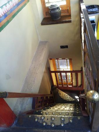 Lingtsang Boutique Hotel: traditional steeped wooden-crafted stairway that led to the room