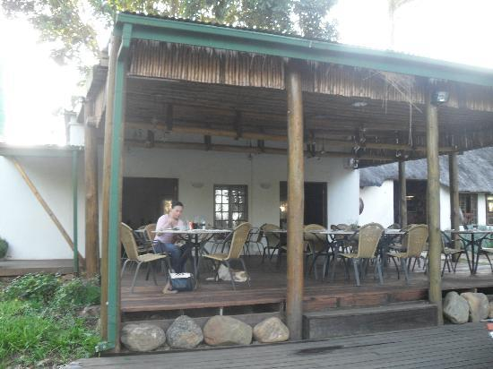 Nabana Lodge: The dining area at the back of the reception/bar