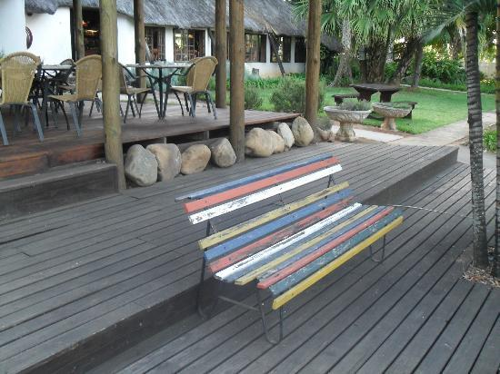 Nabana Lodge: Decking next to the outside dining area