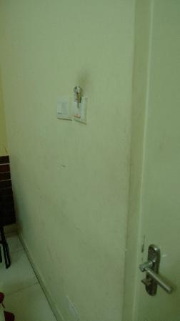 Hotel Geetanjali: Filthy room wall in need of some painting