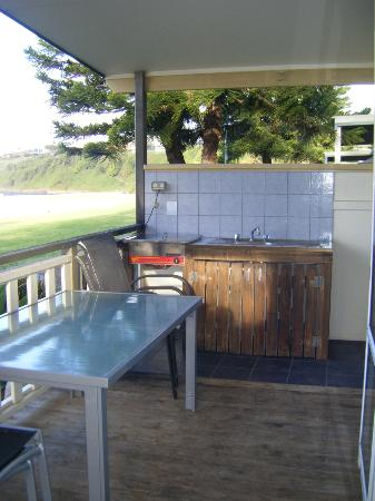 Kendalls on the Beach Holiday Park: BBQ Hot Plate & Sink on Verandah