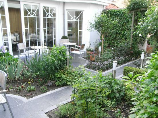 Anselmus Hotel: Lovely courtyard garden