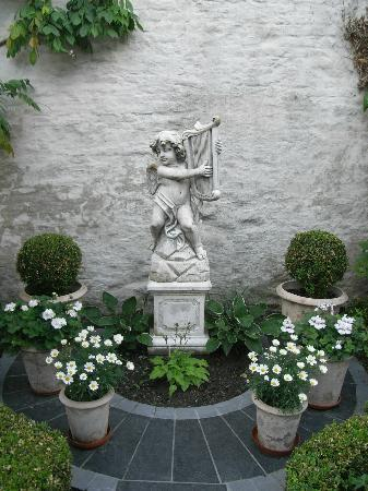 Anselmus Hotel: Statue in the courtyard
