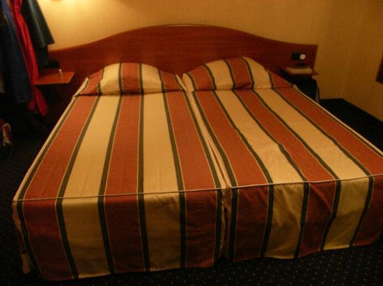 Anselmus Hotel: Our bed!