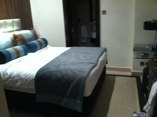 Bonnington Jumeirah Lakes Towers: 'Guest' bedroom + ensuite shower in the 1 bedroom deluxe apartment!