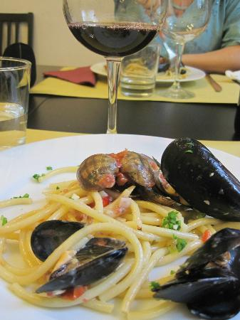Vinarium: Pasta with scalops and served with proper wine.