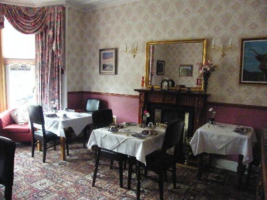 Almond Villa Guest House: breakfast room