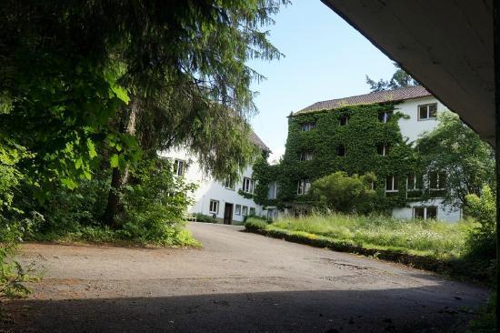 Graether Gesundheitsresort: Blick von einer Garage auf die Hofseite der Hauptgebäude