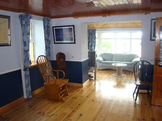 Portmagee Heights: Cottage-main hall and sitting area