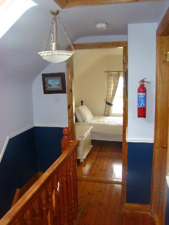 Portmagee Heights: Staricase and twin room