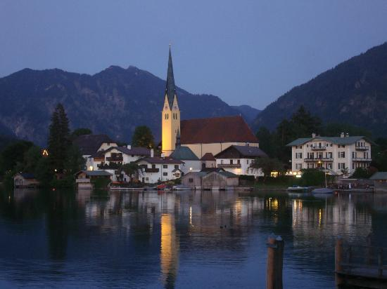 Althoff Seehotel Üeberfahrt: Town and lake at dusk