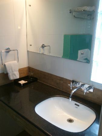 Bell Hotel - Chennai : washbasin