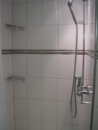 EMA House Hotel Suites: Shower cubicle