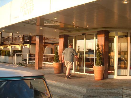 Momentum Hotel: hotel entrance