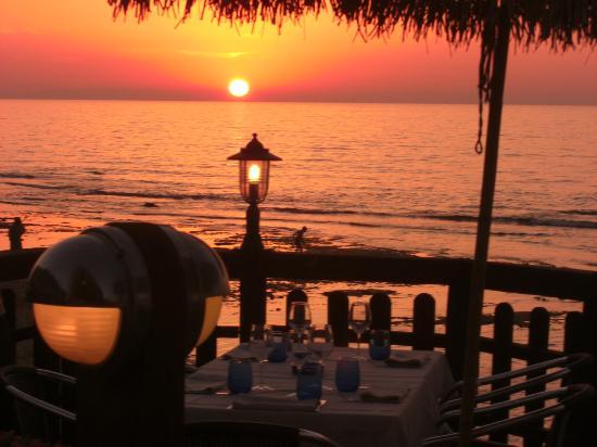 Ristorante della Locanda Del Mare da Roberto: Uno dei tavoli esterni al tramonto