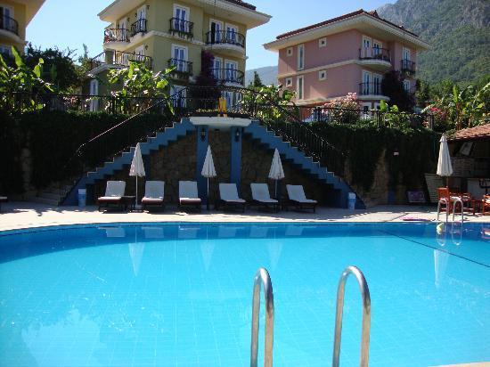 Antas Deluxe Aparts: Pool Area