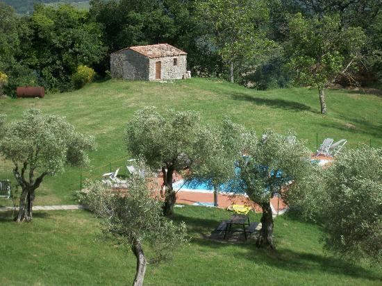 Castello di Petroia: piscina esterna dell'hotel