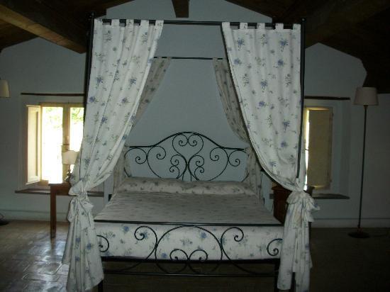 Castello di Petroia: letto della junior de luxe