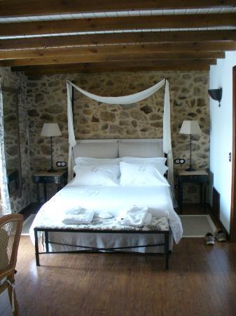 "Hotel Rústico Lugar Do Cotariño: ""Alca"" Room - the decor is beautiful and bed comfort was amazing!"