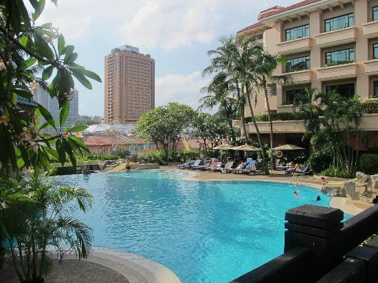Nice but too crowded pool bild von swissotel merchant - Least crowded swimming pool singapore ...