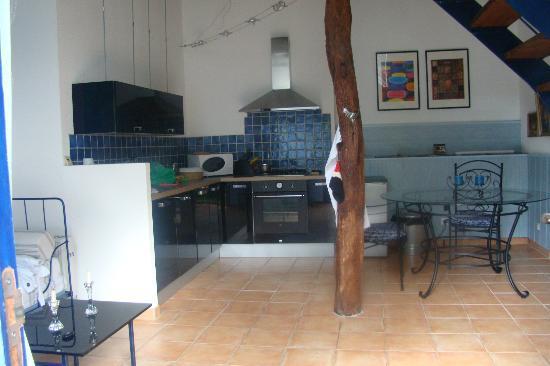 Domaine du Pujol: Cuisine et salle à manger de la maison bleue