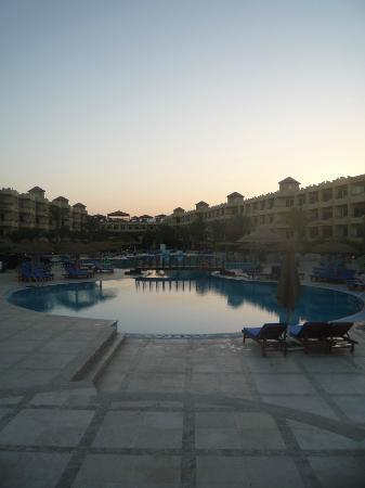 Amwaj Blue Beach Resort & Spa: zwembad vanaf beneden