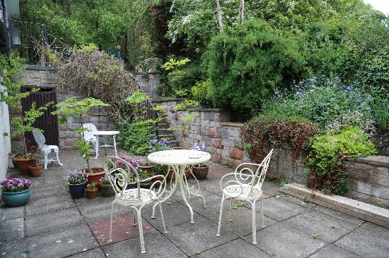Castlecroft: Private patio with flowers blooming and birds chirping