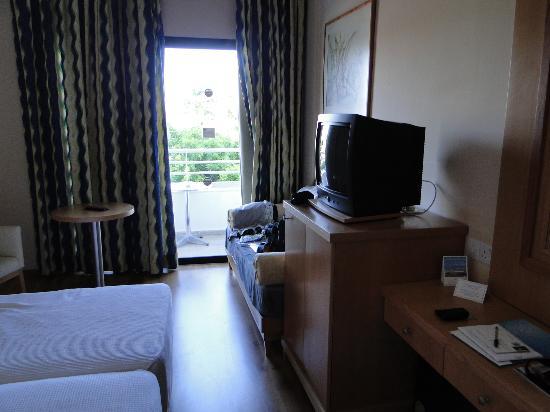 Louis Phaethon Beach : chambre avec TV