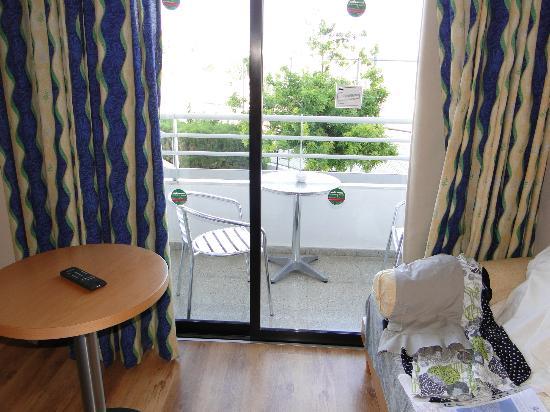 Louis Phaethon Beach : chambre et balcon