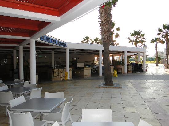 Louis Phaethon Beach : restaurants extérieurs