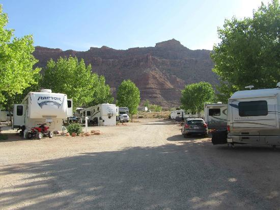 Spanish Trail RV Park: View into park as you come in from the Highway