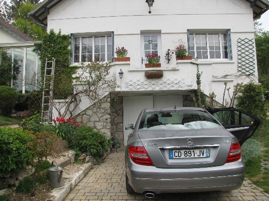 Marie et Gilbert Therin B&B: secure parking in front of B&B