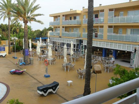 Terralta Apartamentos Turisticos : View of bar and entertainment area from our balcony