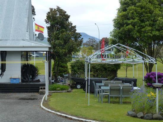 Settlers Motel: Exterior
