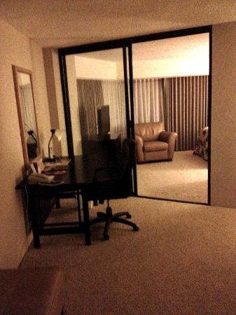 Aston at the Executive Centre Hotel: living room/bedroom
