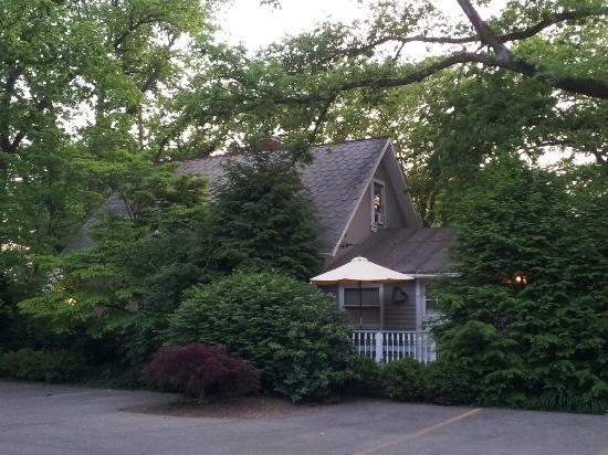 The Mount Vernon Inn: The 3BR cottage I stayed in.