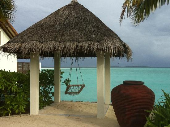 Four Seasons Resort Maldives at Landaa Giraavaru: rest and relax by the swings
