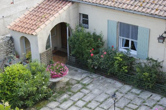 Le Castelet des Alpilles : The courtyard