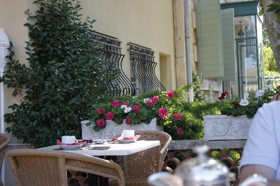 Le Castelet des Alpilles : The outdoor breakfast area