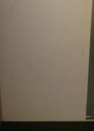 ألوفت ماونت لوريل: Aloft scuffs on wall